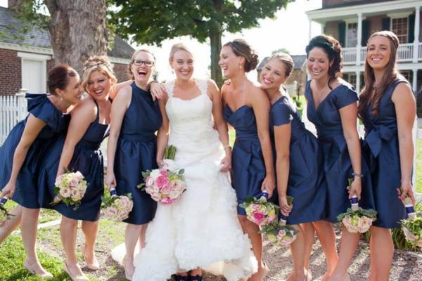 robes bleu marine différente encolure au ras du geneux
