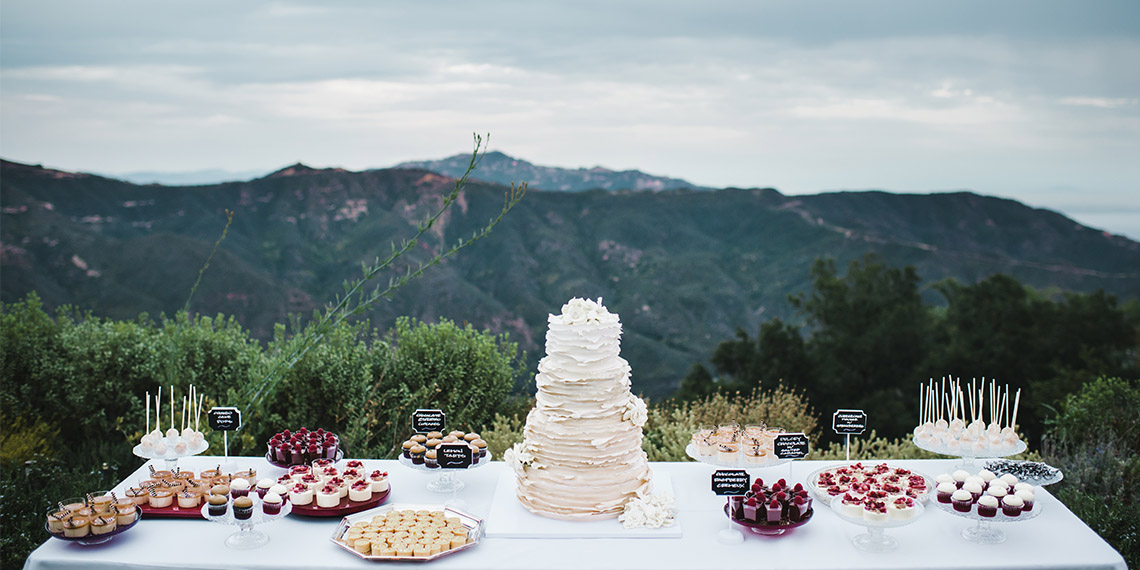 3 popular wedding cake traditions